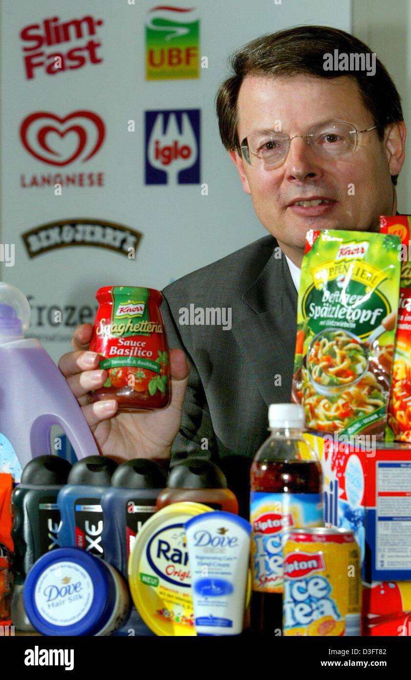 (dpa) - Johann C. Lindenberg, Chairman of Unilever Deutschland, holds up a jar of spaghetti sauce by Knorr during - Stock Image