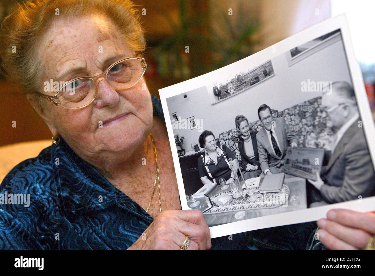 (dpa) - 85-year-old Margarete Rumsfeld holds up a photo from the year 1976 which shows herself (L) with her husband - Stock Image