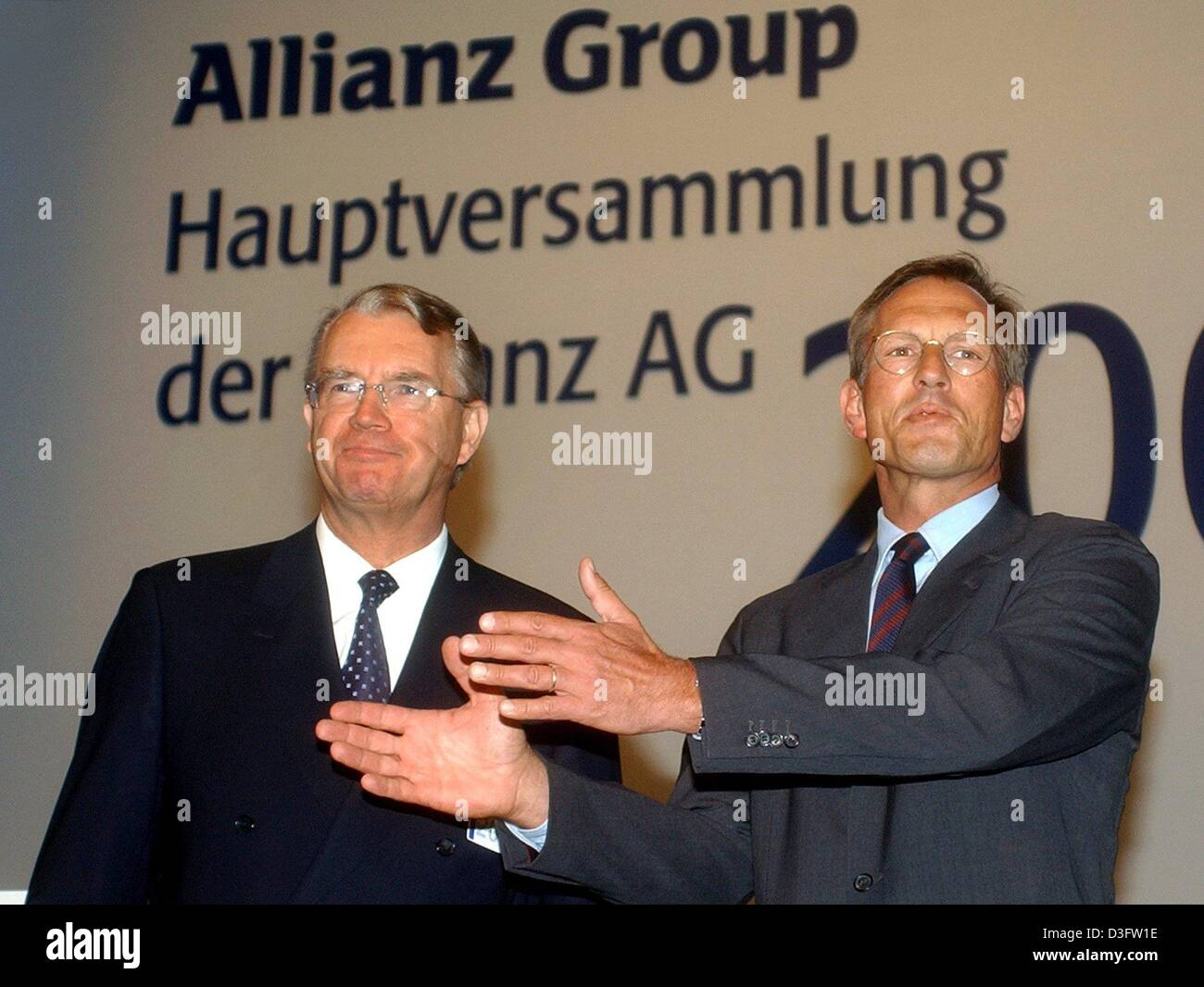 (dpa) - Henning Schulte-Noelle (L), parting CEO of the financial services and insurance group Allianz AG, stands with Michael Diekmann, new CEO and successor of Noelle, during the general meeting (Hauptversammlung) of the Allianz group in Munich, 28 April 2003. In December 2002 Schulte-Noelle had announced to step down. During the general meeting he defended his decision to take ov Stock Photo