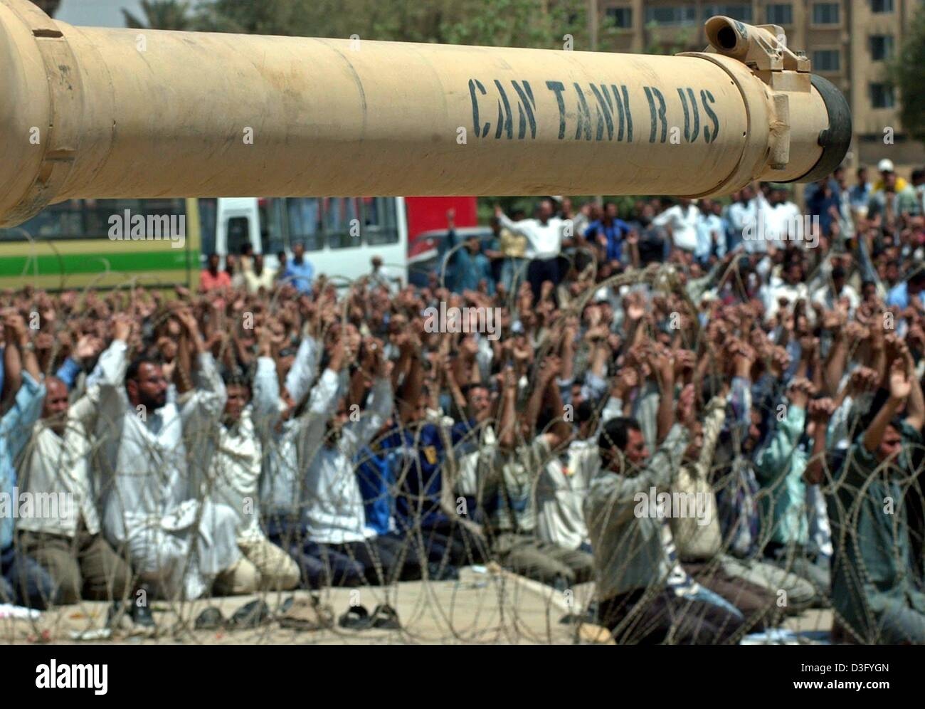 (dpa) - Behind a tank barrel Iraqi Shiites pray after a protest in the center of Baghdad, Iraq's capital, 28 - Stock Image