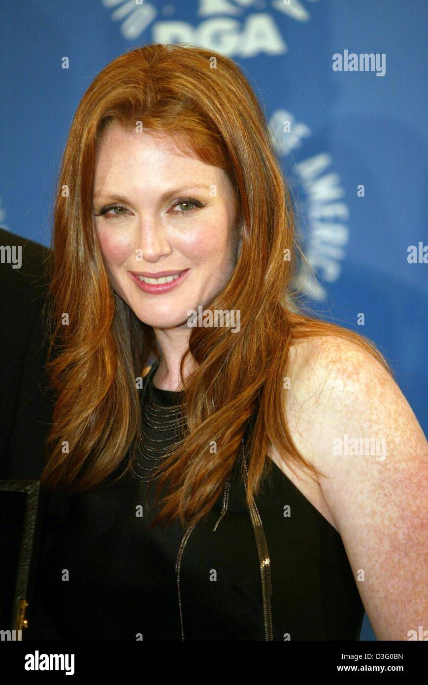 089ab22730cf (dpa) - US actress Julianne Moore smiles backstage of the Directors Guild  of America