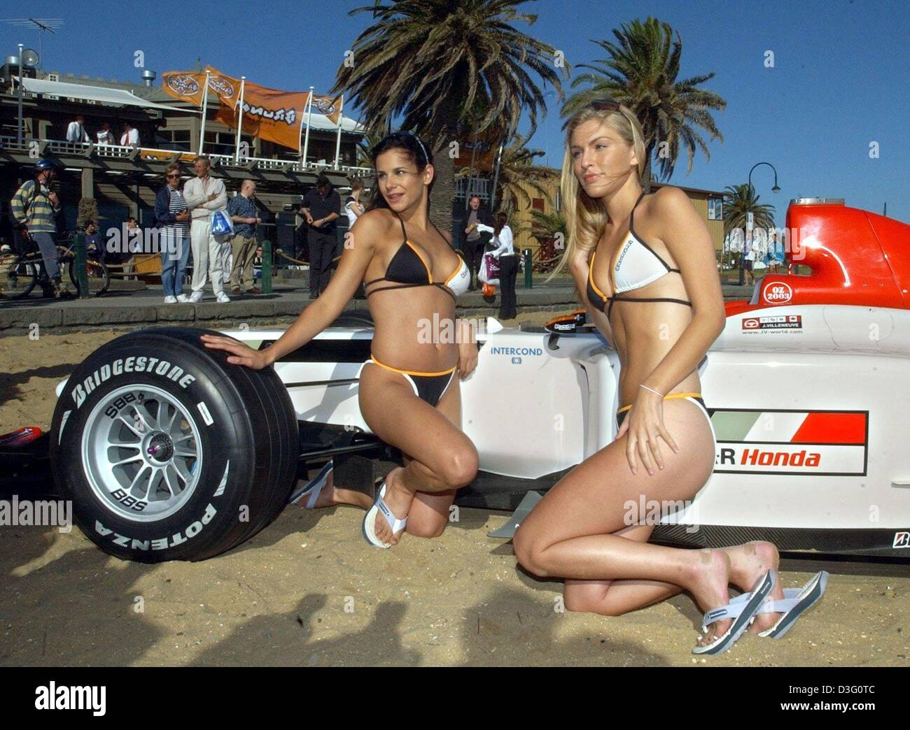 (dpa) - Two models pose with a formula one race car of the BAR-Honda team on the beach in Melbourne, 5 March 2003. - Stock Image
