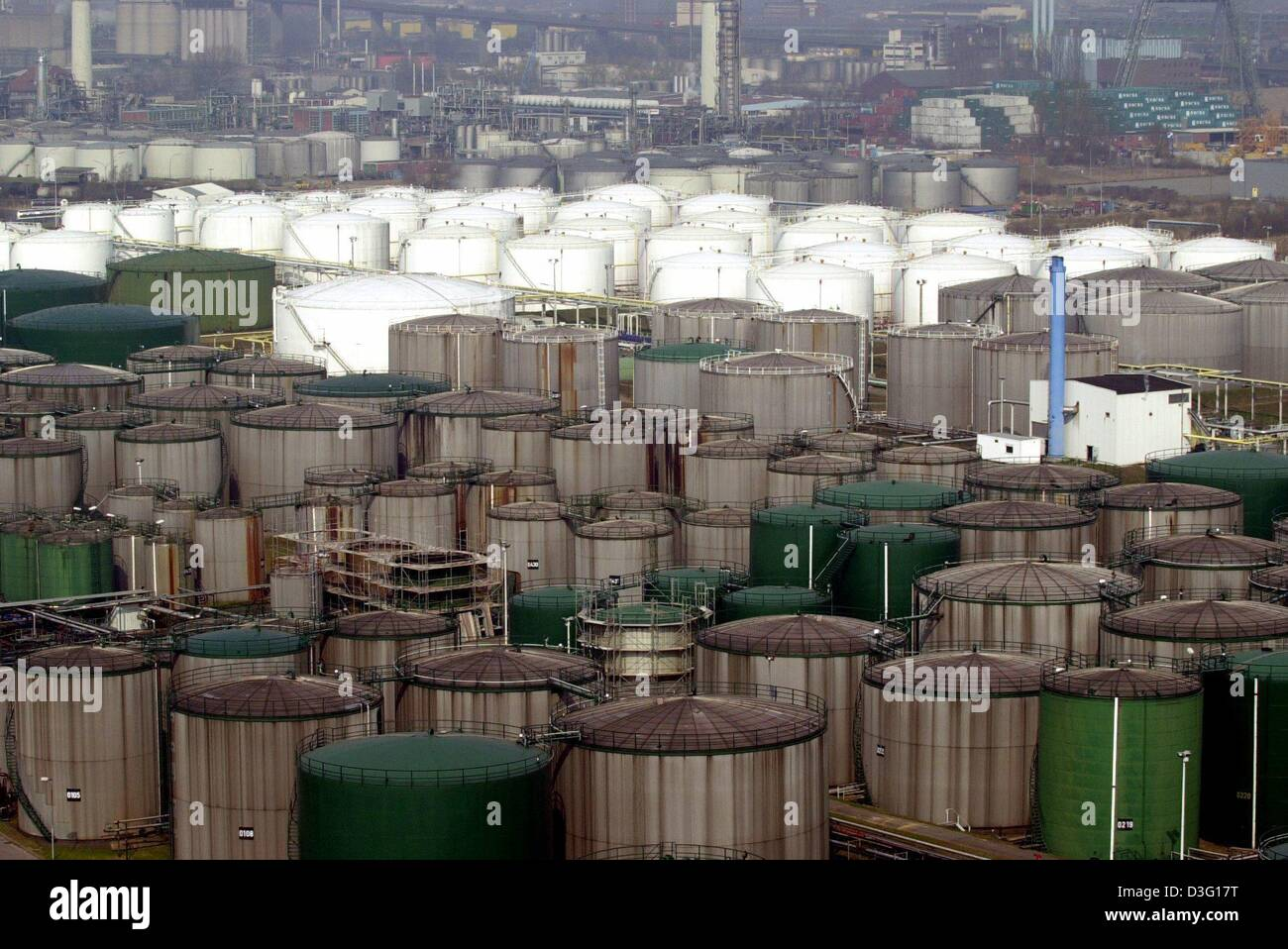 (dpa) - Giant tanks filled with petrol and crude oil stand in a section of the harbour in Hamburg, 28 March 2003. - Stock Image