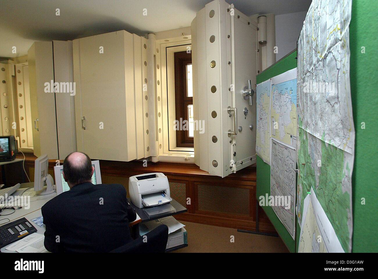 (dpa) - An employee works at his desk in the crisis reaction centre at the Foreign Office in Berlin, 24 March 2003. Stock Photo