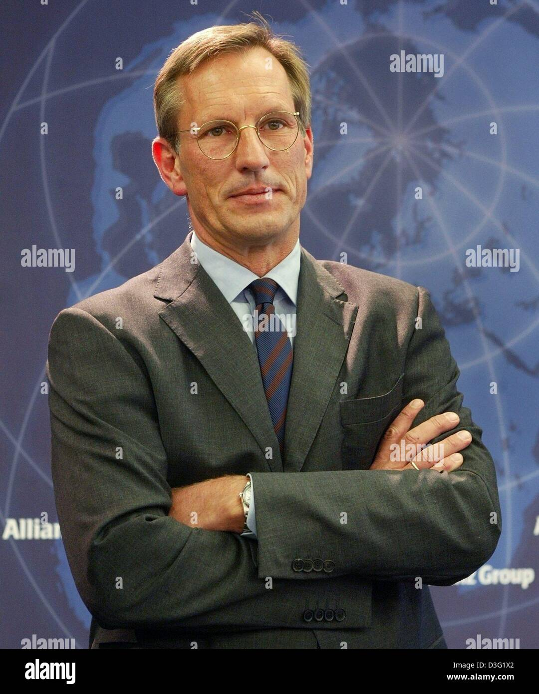 (dpa) - Michael Diekmann, new CEO of the Allianz AG, the financial services and insurance provider, looks serious with folded arms during a press conference in Munich, Germany, 20 March 2003. Diekmann continues the company policy of providing integrated financial services by holding on to the lossy Dresdner Bank. The Allianz AG wants to raise new capital in billions of Euro after h Stock Photo
