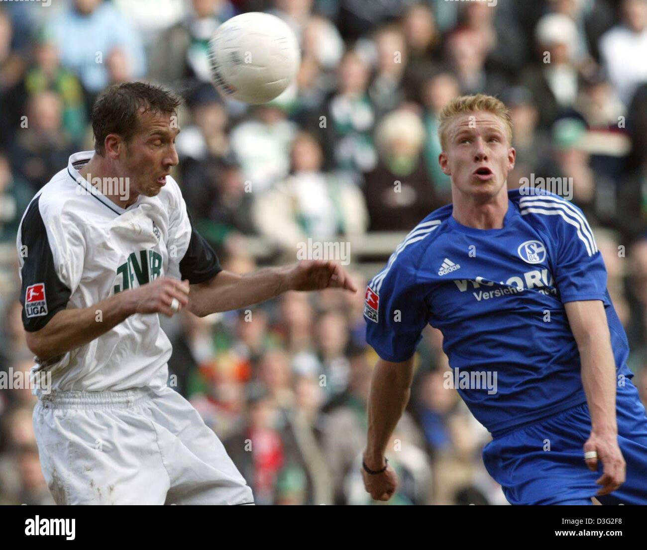 (dpa) -Moenchengladbach's Luxembourgian defender Jeff Strasser (L) struggles with Schalke's striker Mike - Stock Image