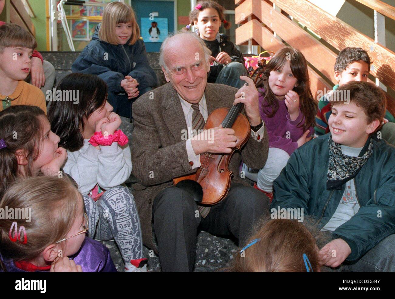 (dpa files) - British violinist and conductor Yehudi Menuhin serenades on his violine with a group of children from - Stock Image
