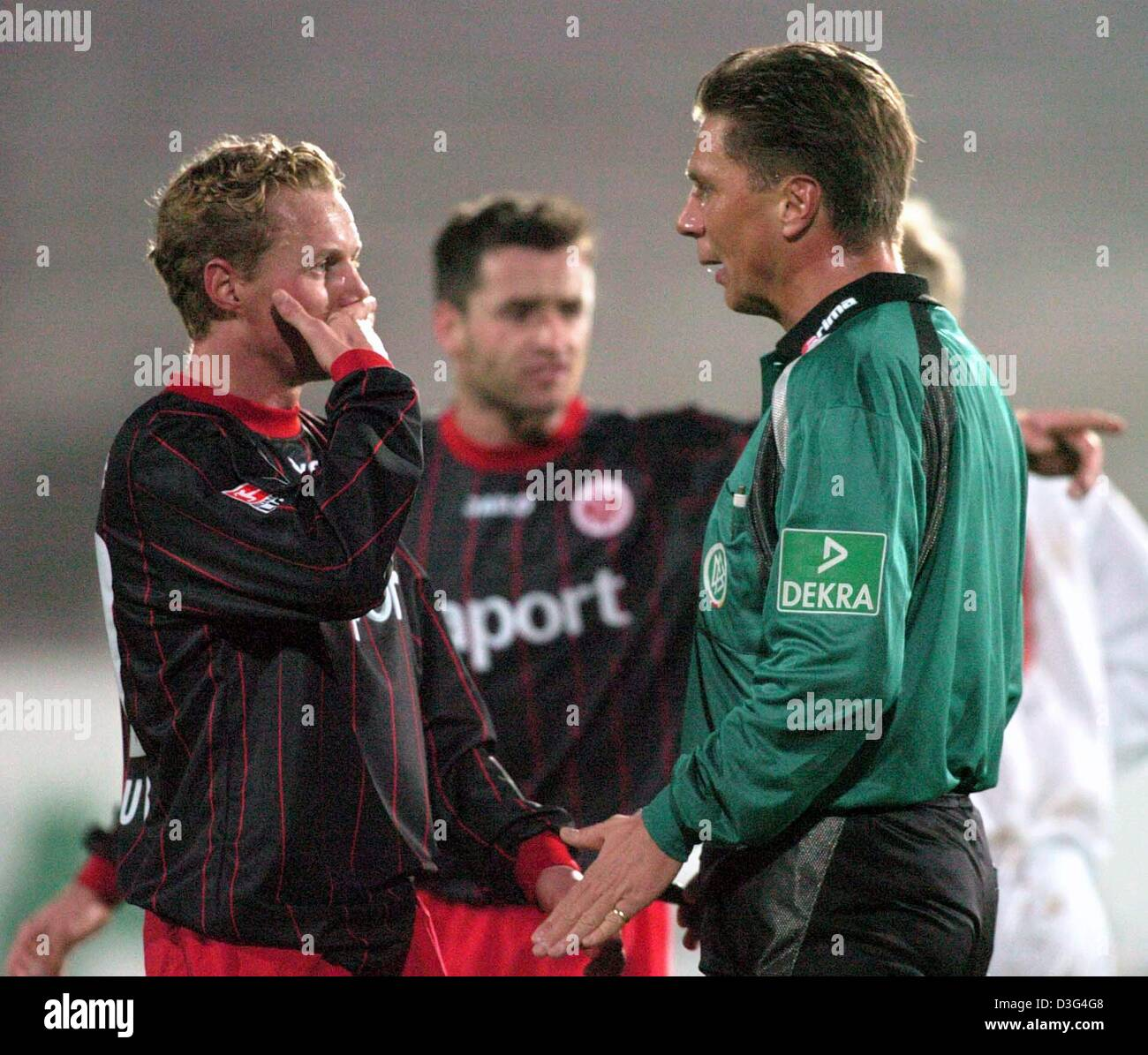 (dpa) - Eintracht's Christoph Preuss holds his mouth shut during a dispute with referee Thorsten Kinhoefer during - Stock Image
