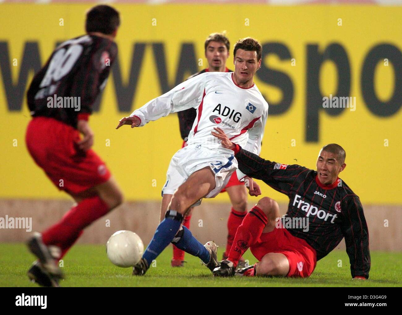 (dpa) - Eintracht's Du-Ri Cha (R) vies for the ball with Hamburg's Marcel Maltriz (C) during the Bundesliga - Stock Image