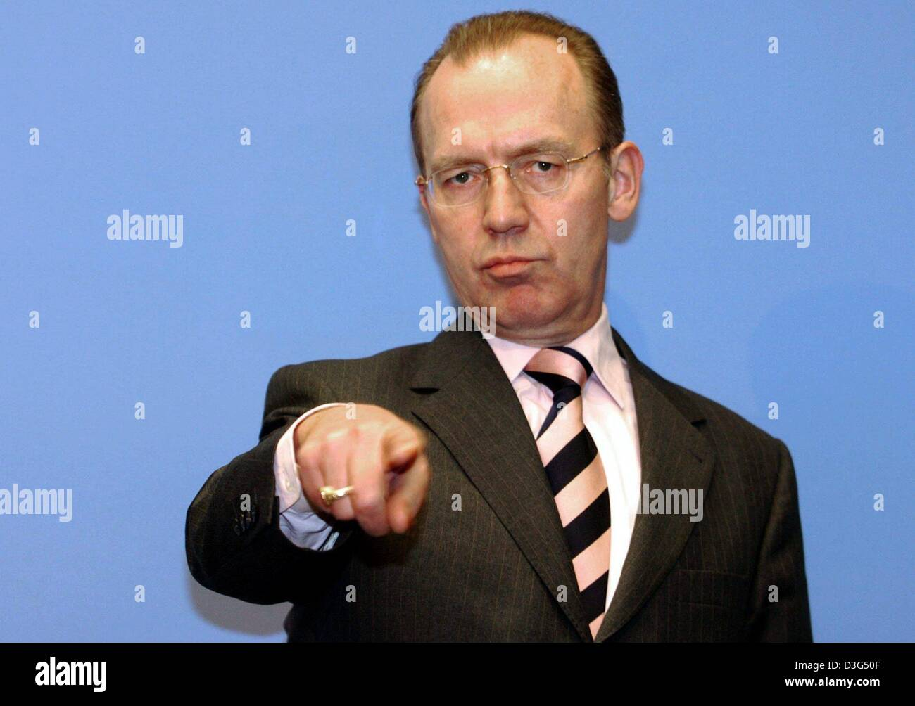 (dpa) - Florian Gerster, Chairman of the board of the Federal Employment Office (Bundesanstalt fuer Arbeit), gestures - Stock Image
