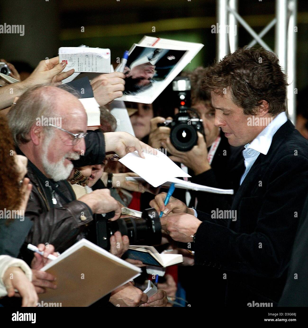(dpa) - British actor Hugh Grant signs autographs ahead of the German premiere of his film 'Love Actually' - Stock Image