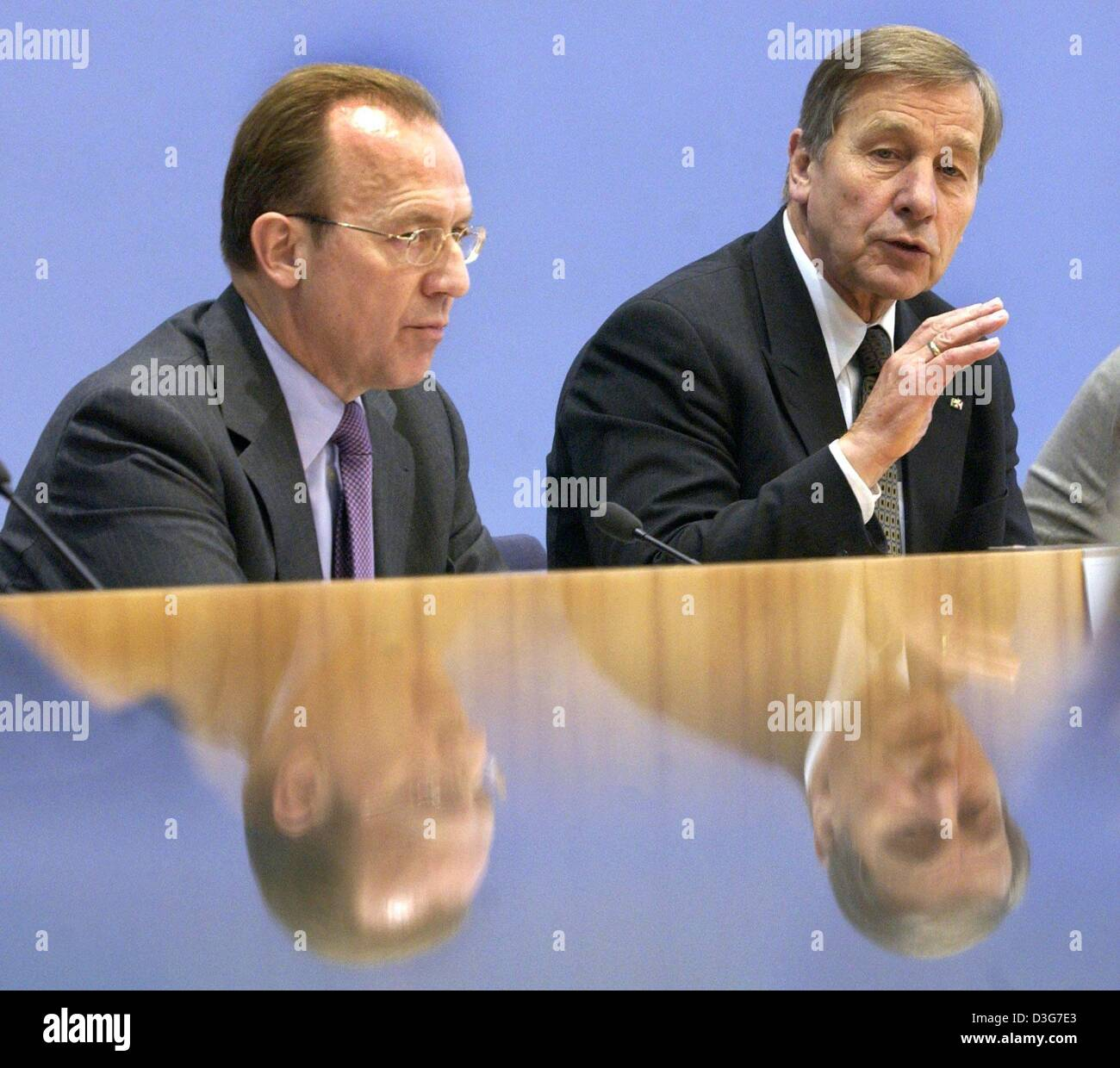 (dpa) - Wolfgang Clement (R), German Minister for Labour and Economy, and Florian Gerster, Chairman of the Federal - Stock Image