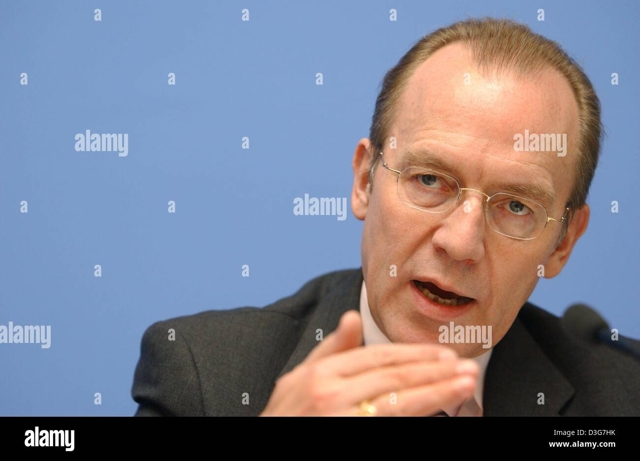 (dpa) - Florian Gerster, Chairman of the Federal Employment Office speaks during the regular press conference and - Stock Image