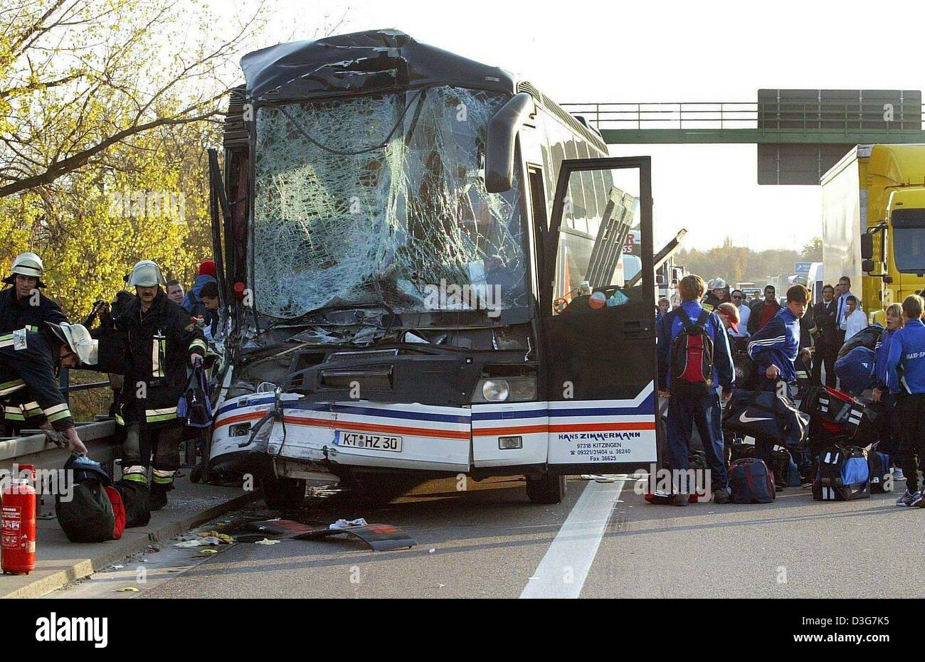 (dpa) - A group of teenagers, members of a junior soccer team, unload their luggage from the crashed coach on the - Stock Image