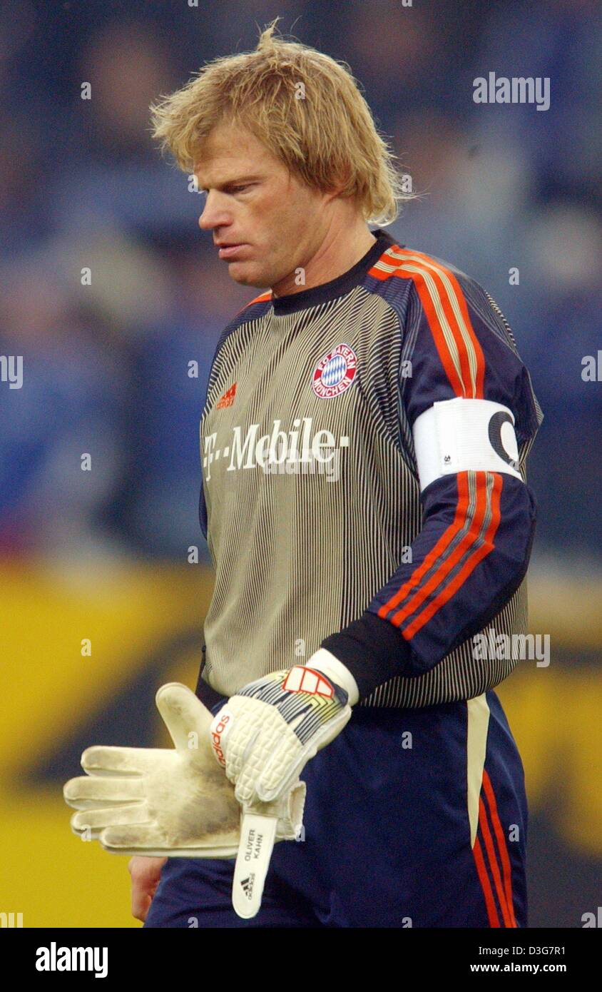 2013 classic kit - Page 5 Dpa-oliver-kahn-the-goalkeeper-of-the-german-soccer-club-fc-bayern-D3G7R1