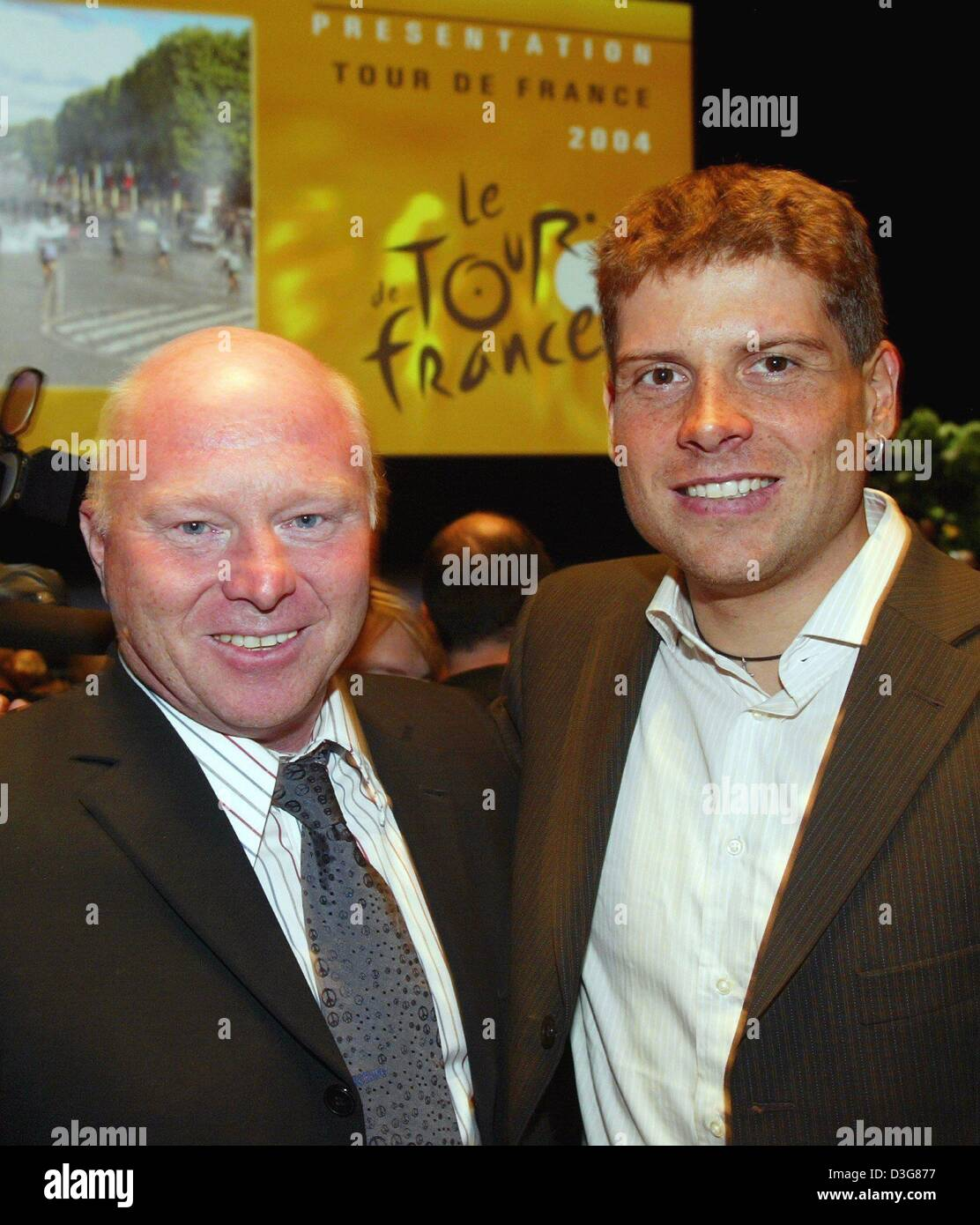 (dpa) - German cycling pro Jan Ullrich (R) stands next to his personal assistant Rudy Pevenage and smiles during - Stock Image