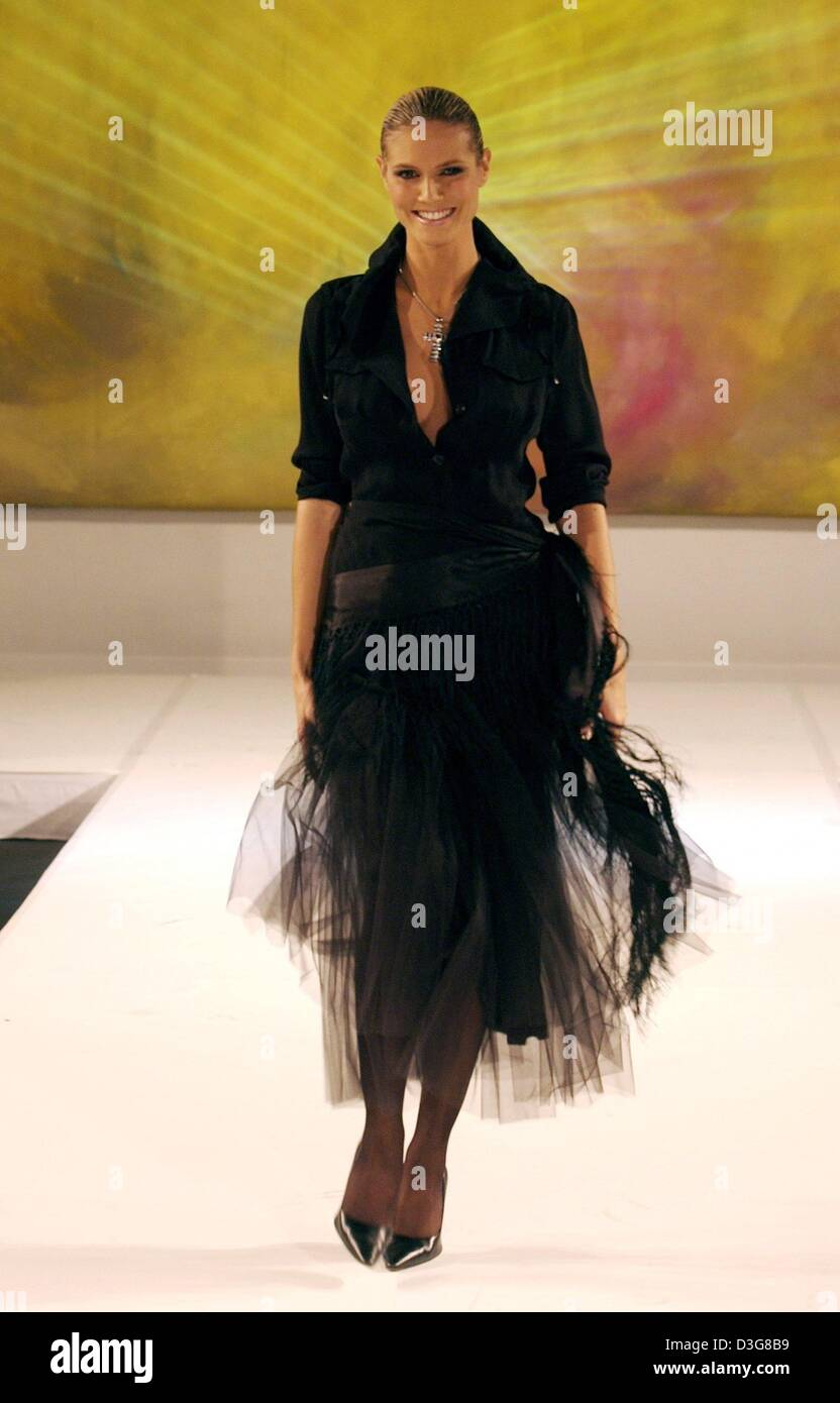 Dpa German Top Model Heidi Klum Poses On The Catwalk During A Stock Photo Alamy