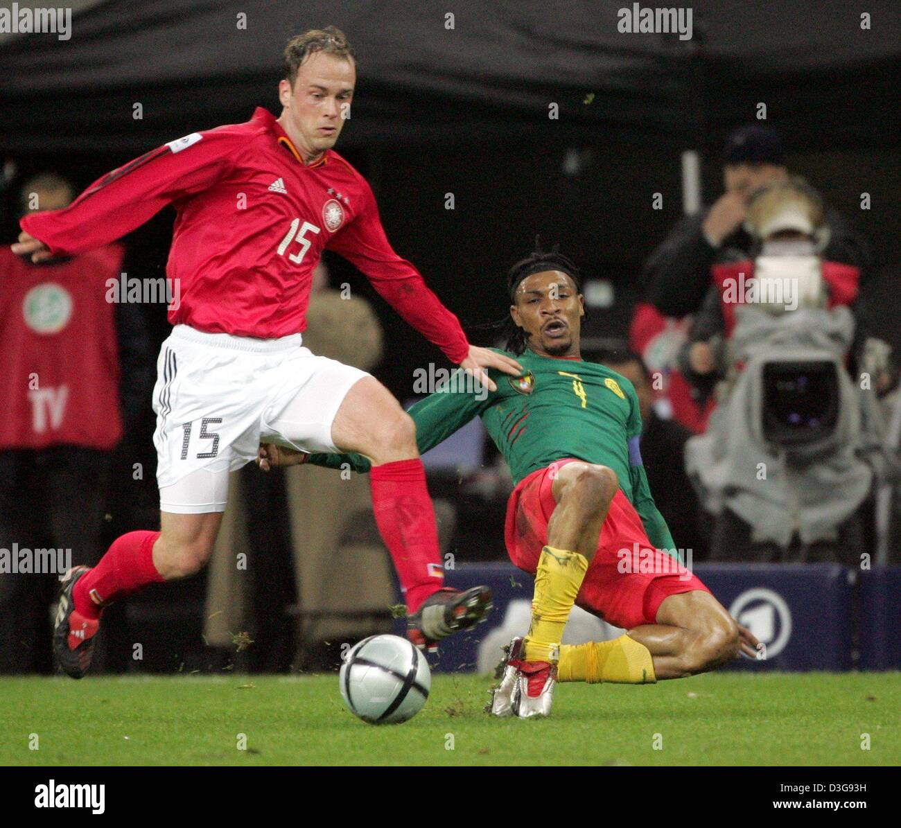 (dpa) - Germany's Fabian Ernst (L) in a duel with Cameroon's Rigobert Song during the match opposing Germany - Stock Image