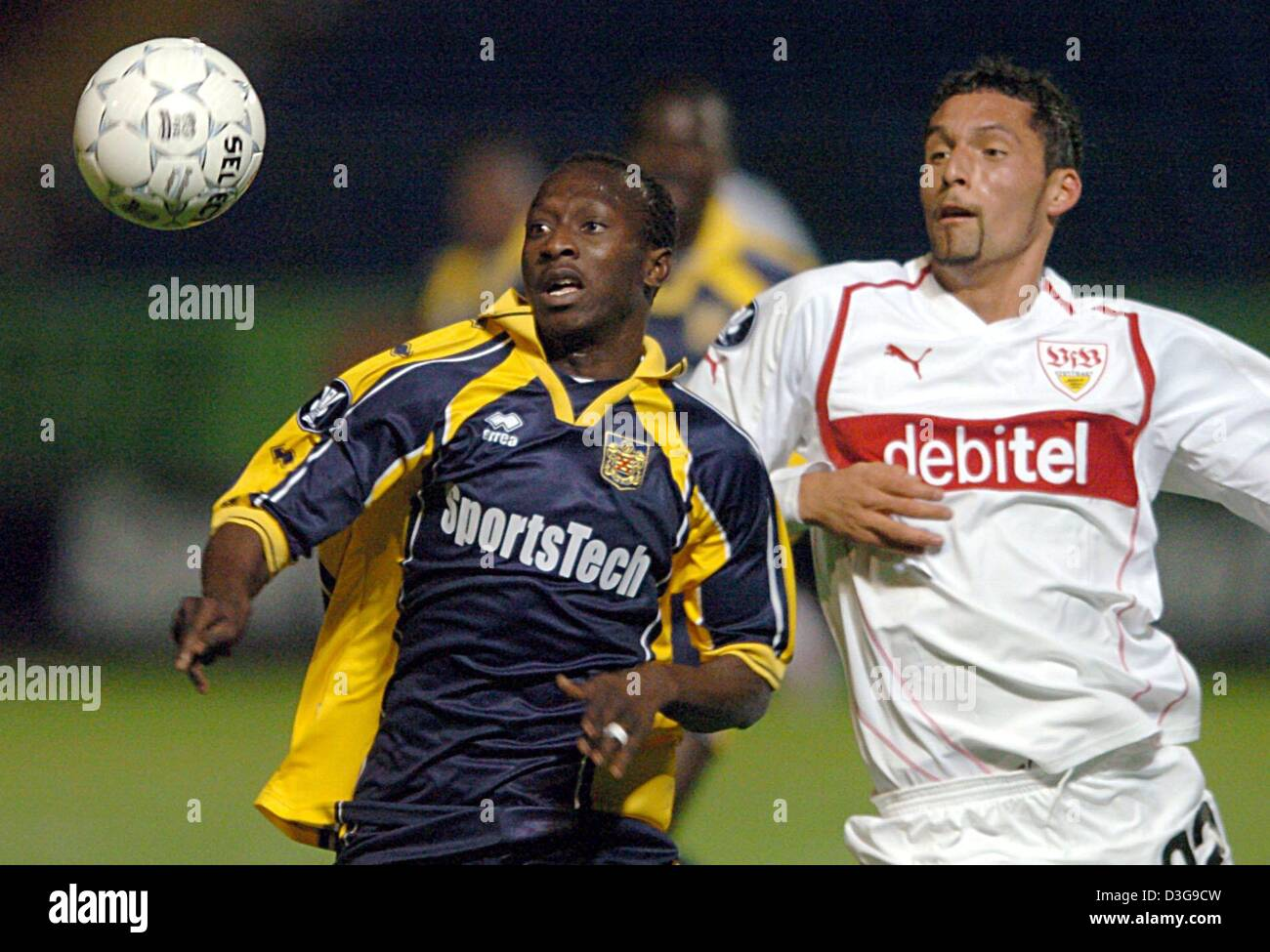 (dpa) - Beveren's Badjan Kante Seydou (L) and Stuttgart's Kevin Kuranyi (R) both eye the ball during the UEFA Cup Stock Photo