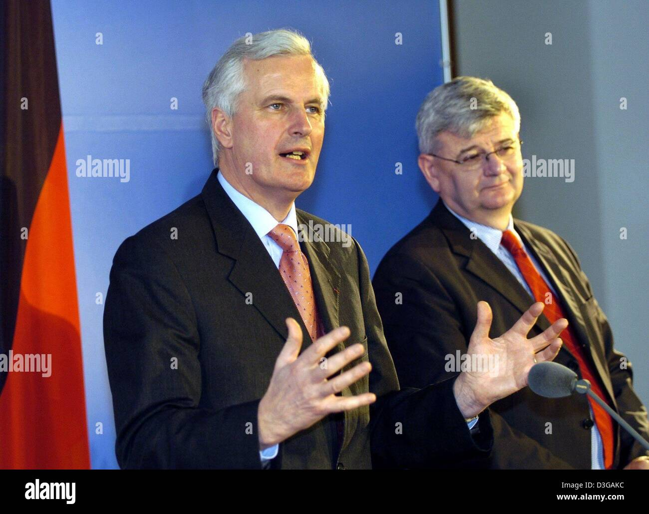 (dpa) - French Foreign Minister Michel Barnier (L) gestures as he speaks while standing next to German Foreign Minister - Stock Image
