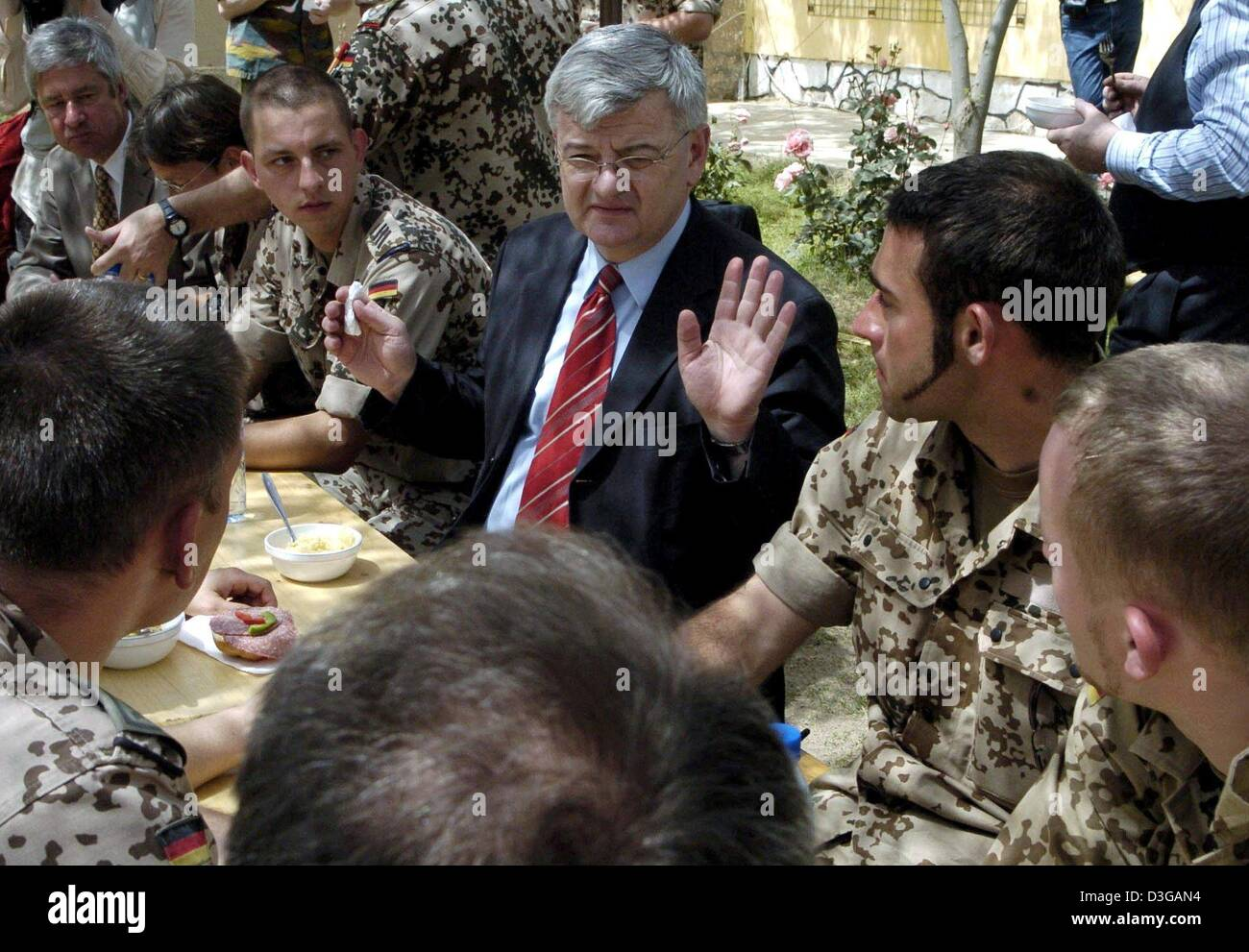 (dpa) - German Foreign Minister Joschka Fischer (C) talks to German soldiers of the construction team (PRT) of the - Stock Image