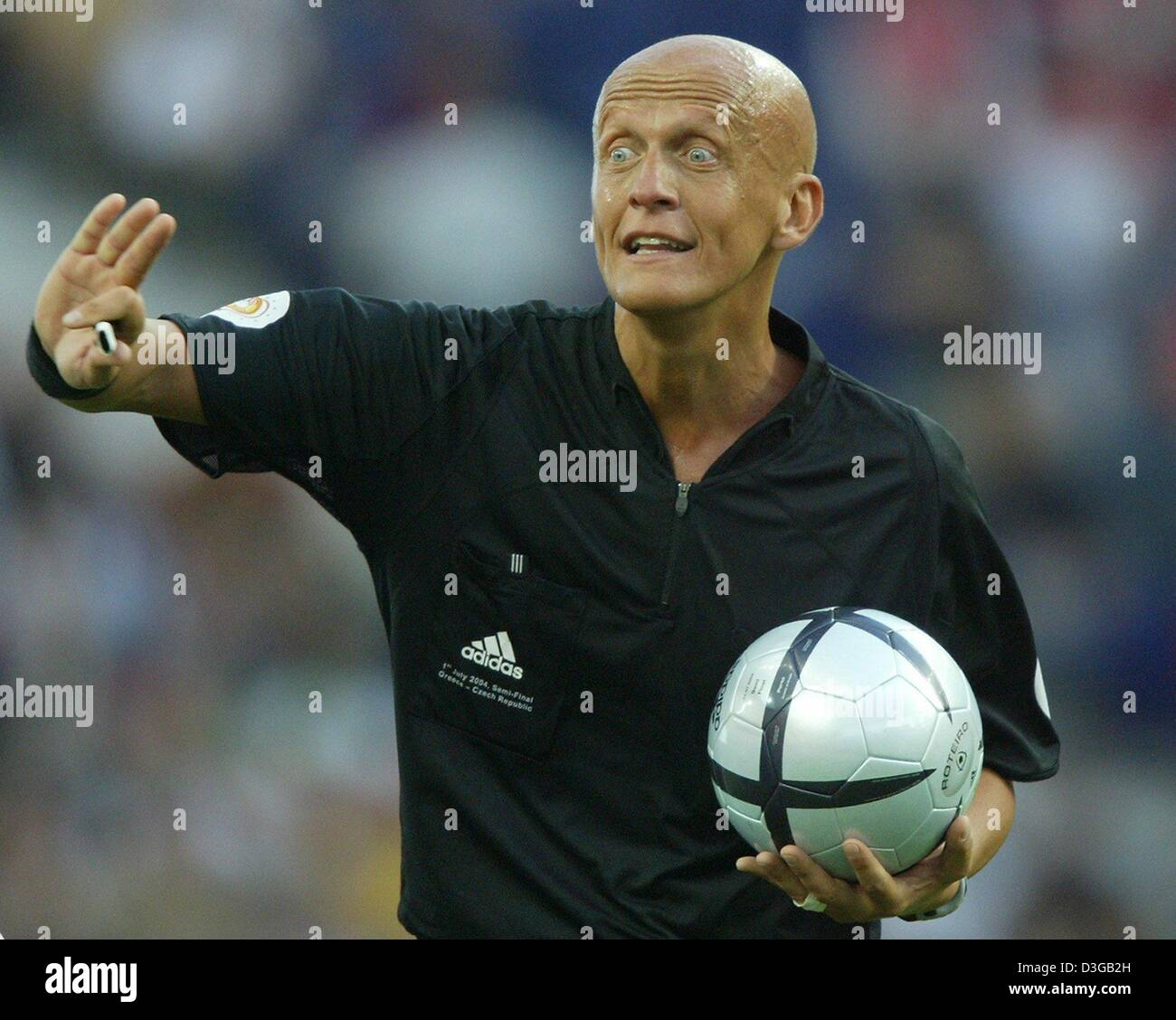 b574fc87307 (dpa) - Italian referee Pierluigi Collina gestures and displays a strong  facial expression during