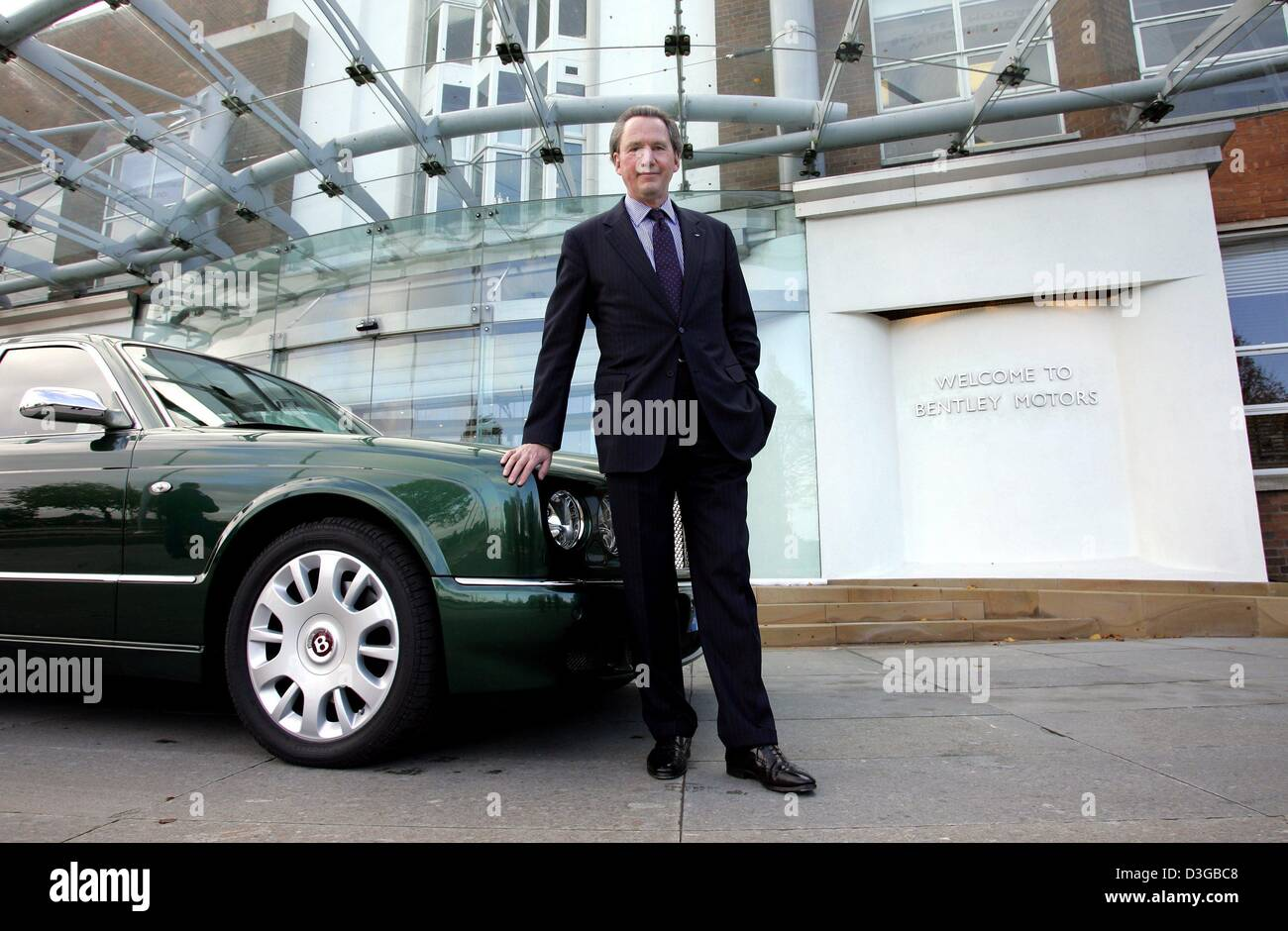 (dpa) - The chairman of the management board of the British carmaker Bentley Motors, Franz-Josef Paefgen in front - Stock Image