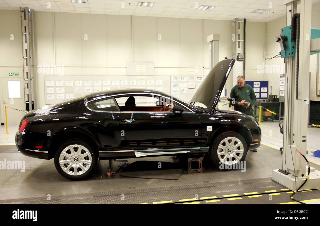 (dpa) - A worker in the production line of British carmaker Bentley performs the final inspection on a finished - Stock Image