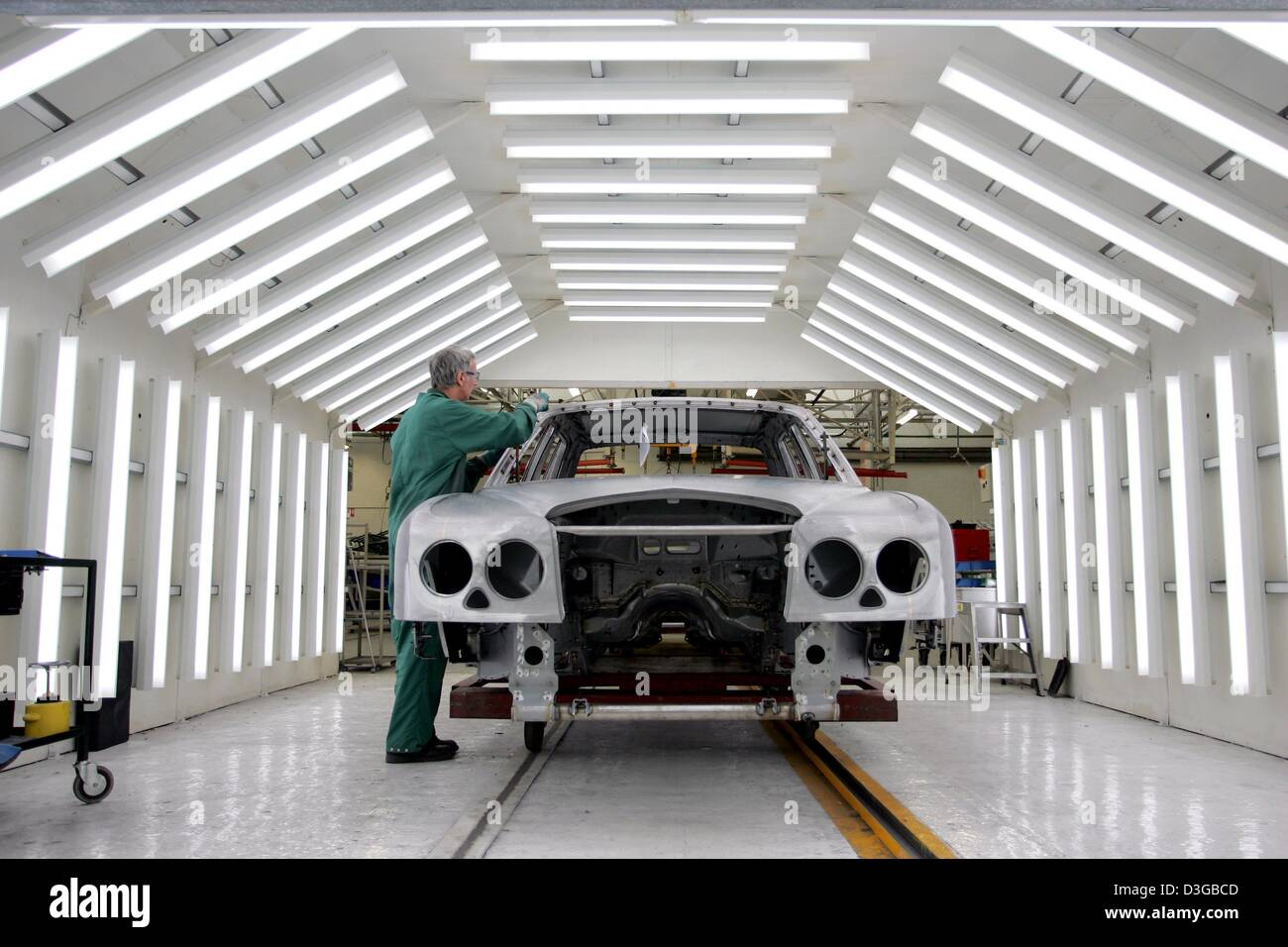 (dpa) - A worker in the production line of British carmaker Bentley checks the body of an Arnage T model in Crewe, - Stock Image