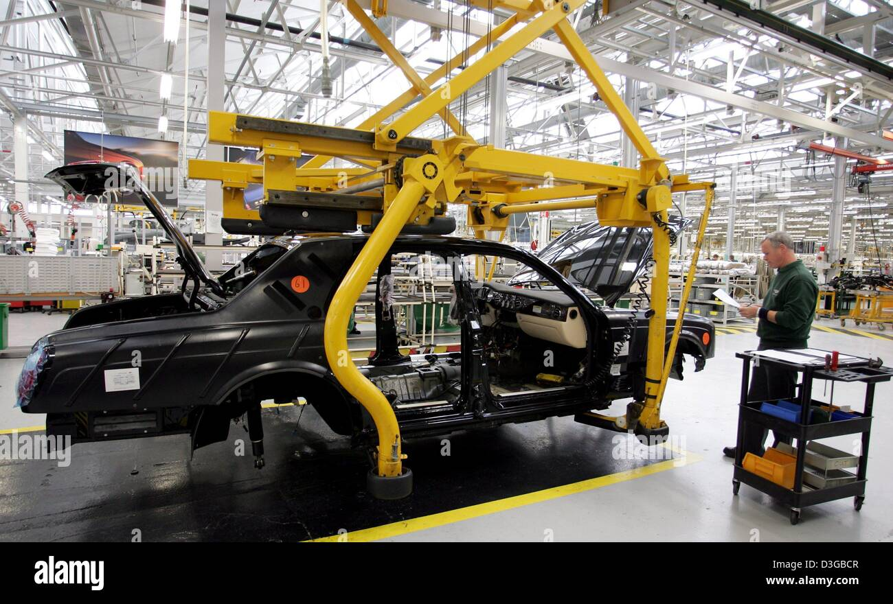 (dpa) - A worker in the production line of British carmaker Bentley stands in the assembly hall in front of the - Stock Image
