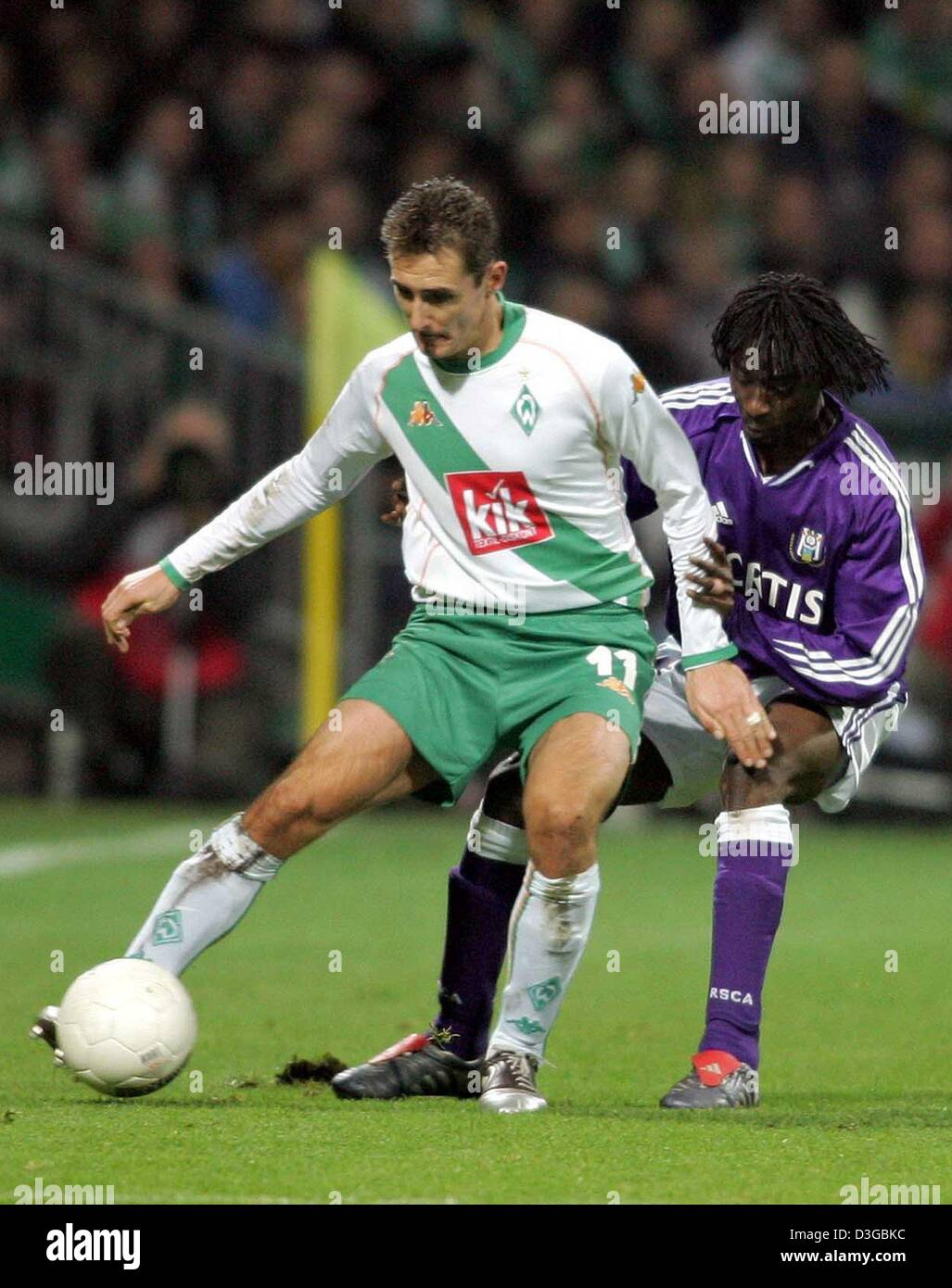 (dpa) - Werder Bremen's soccer player Miroslav Klose (L) fights for the ball with Anderlecht's Lamine Traore - Stock Image