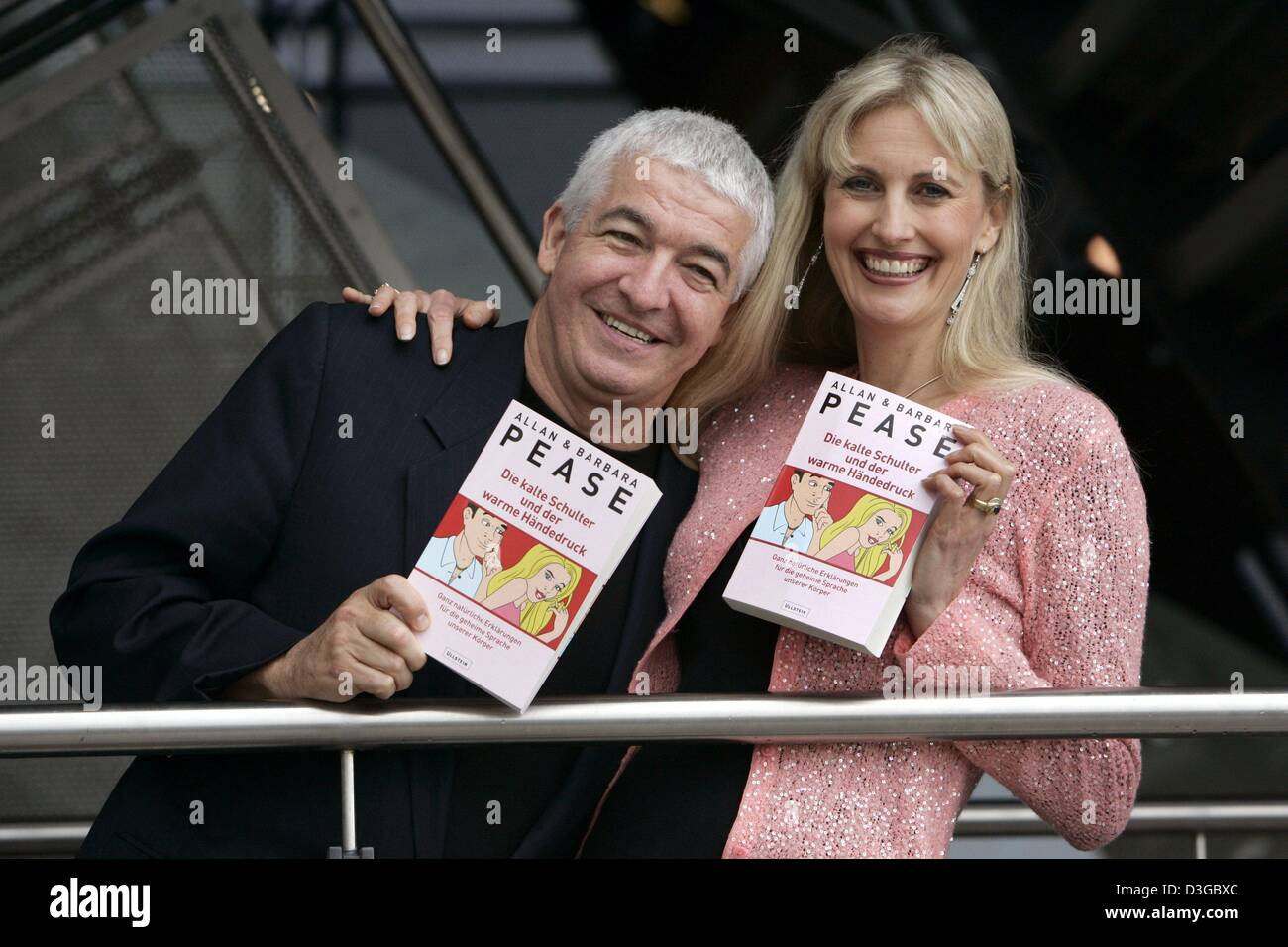 (dpa) - US communication trainers and best-selling authors Barbara and Allan Pease present their book 'Die kalte - Stock Image