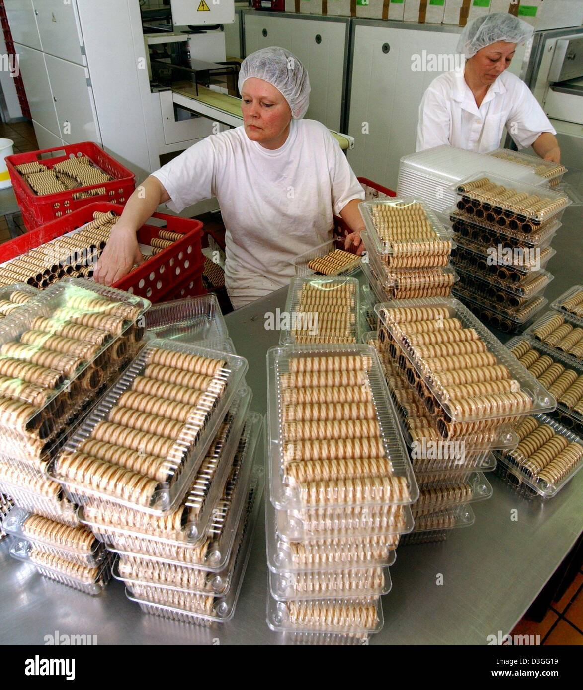 (dpa) - Employees Hedvika Smakelova and Alena Turazova work in the sweet rolls production at the bakery plant Japek - Stock Image
