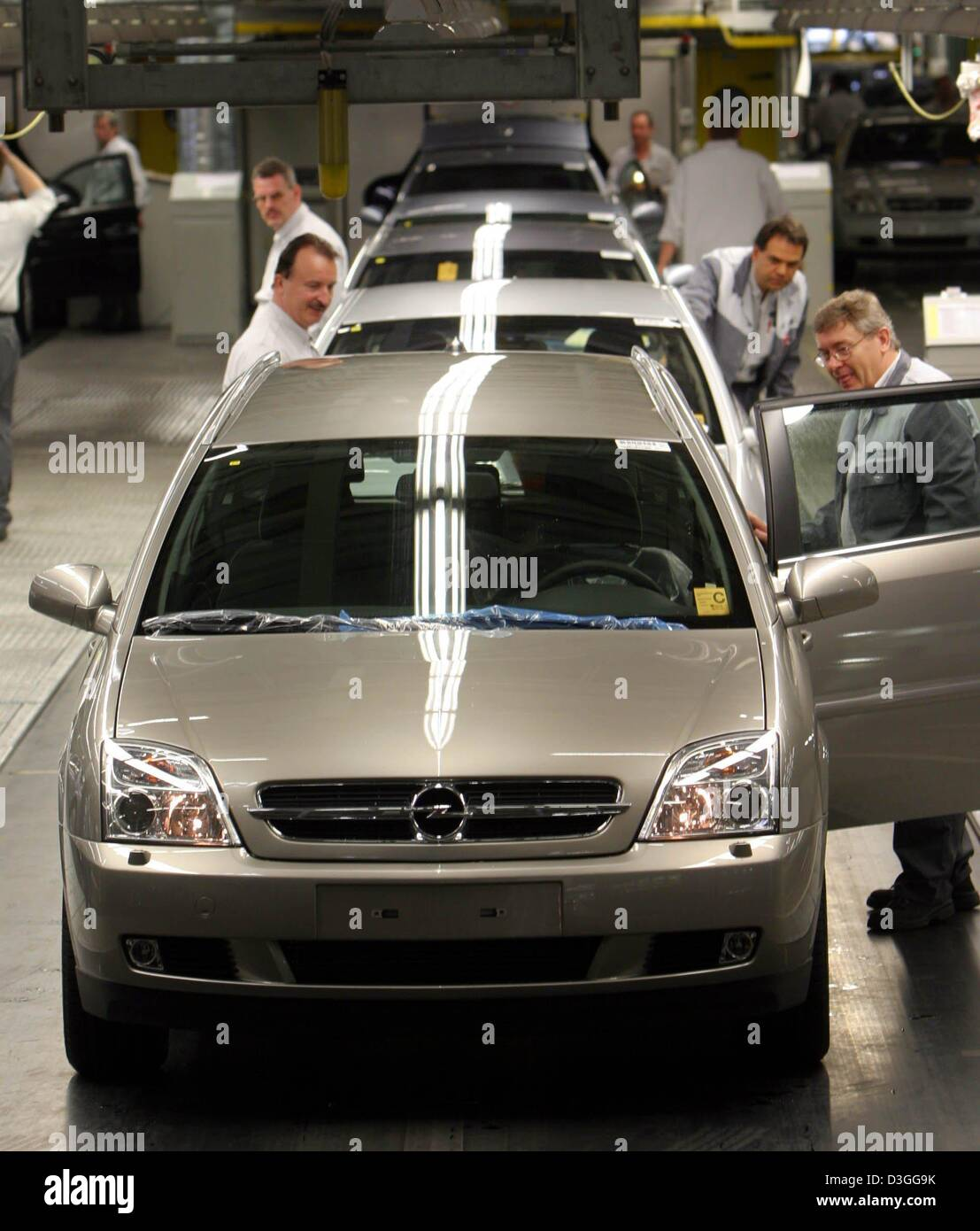 (dpa files) - Employees check the finished Opel Vectra models which were manufactured at the Opel car factory, a - Stock Image