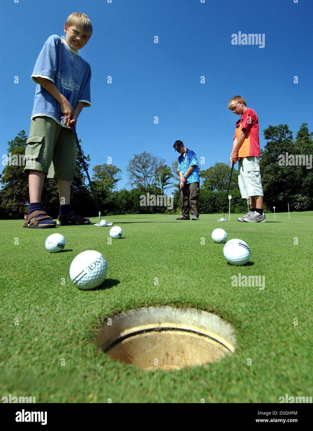 (dpa) - On the golf court of a hotel in Brandenburg, Germany, students learn how to play golf, 10 August 2004. The - Stock Image