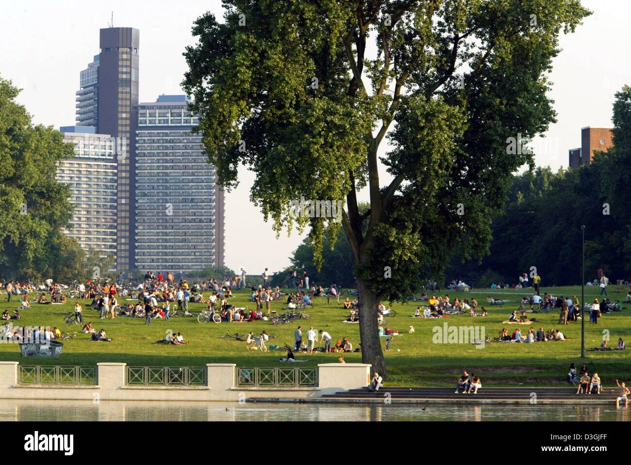 (dpa) - Summer has entered German cities - city dwellers enjoy the warm weather on one of the many green banks along - Stock Image