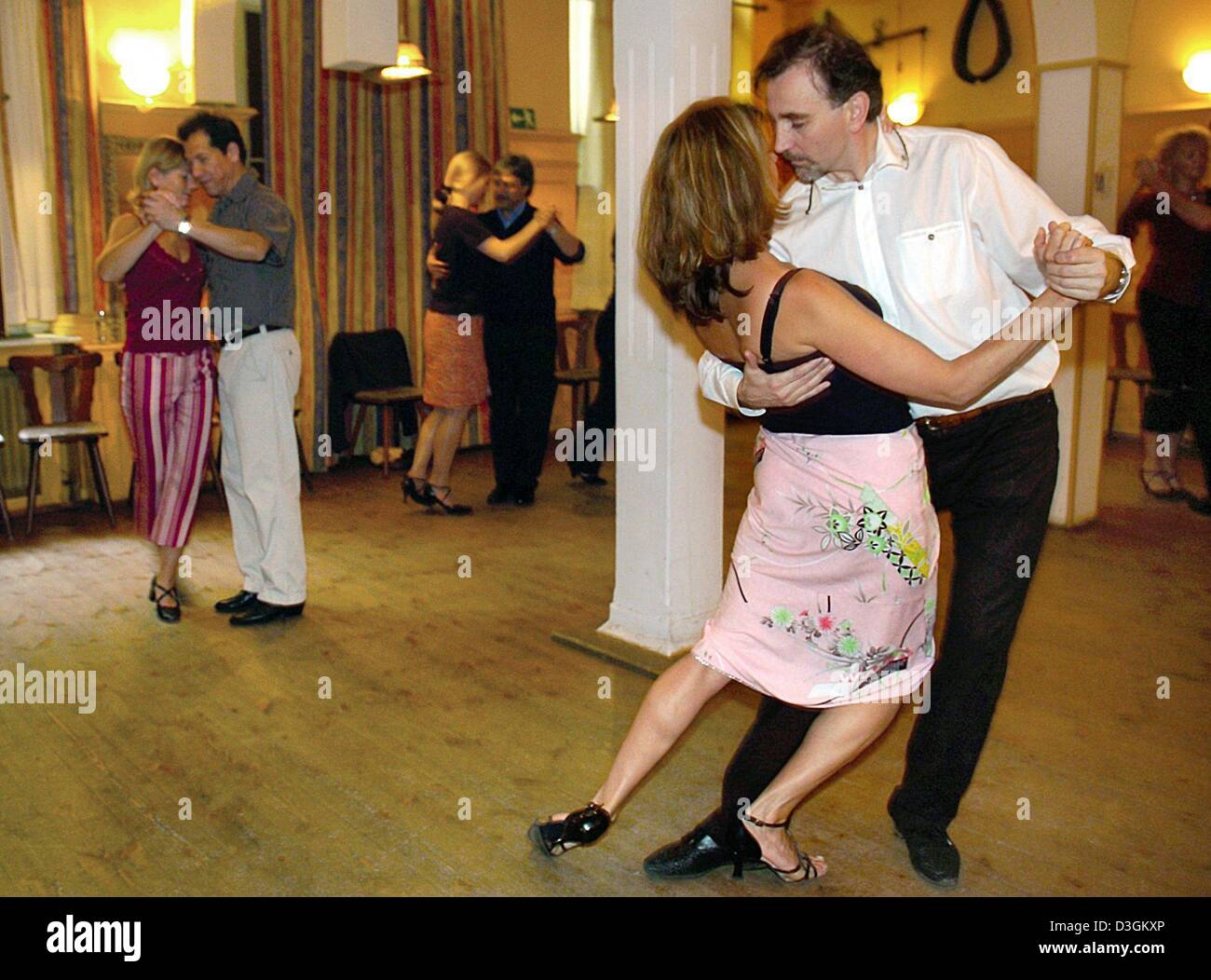 Tango Argentino Stock Photos Images Alamy Dance Steps Diagram Dpa Instructor Peter Ellenbogen R Demostrates A Dancing Step