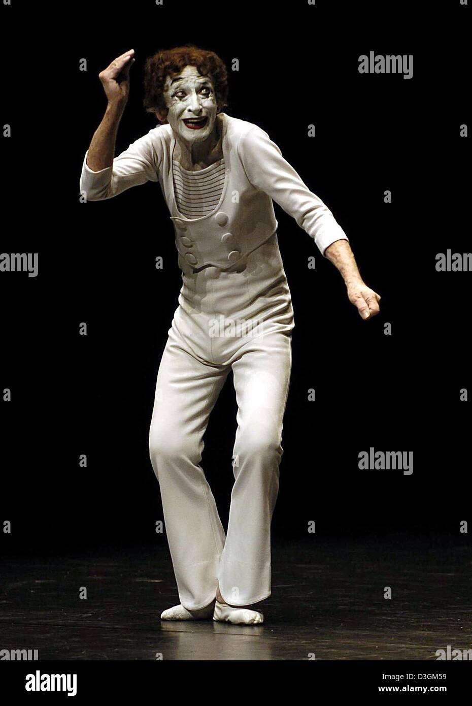 (dpa) - French pantomime Marcel Marceau performs on stage during the start of his tour of Germany at the Thalia - Stock Image