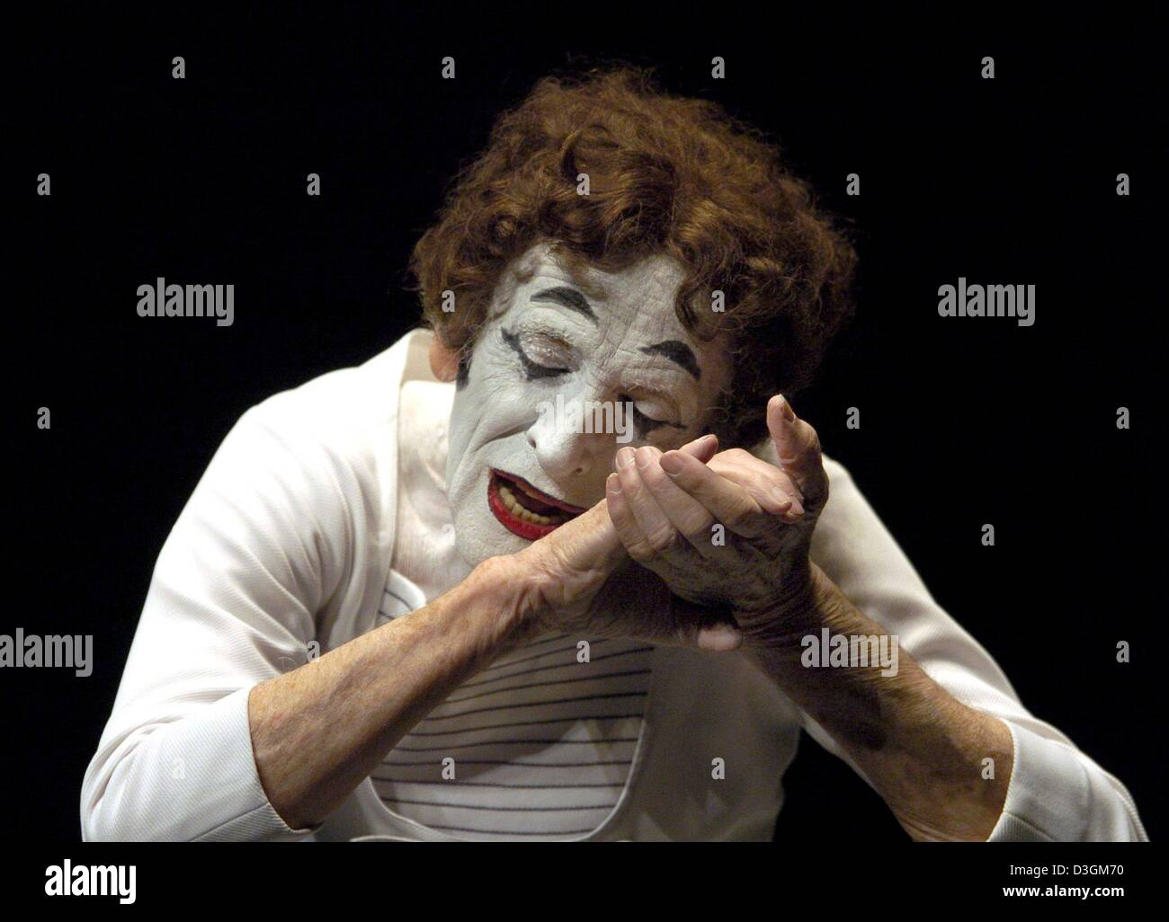 (dpa) - French pantomime Marcel Marceau performs on stage during the start of his tour of Germany at the Thalia Stock Photo