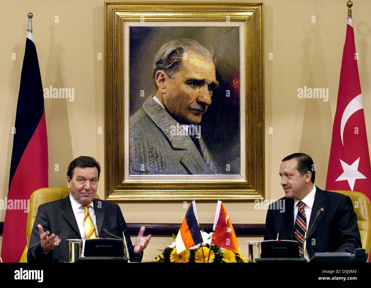 (dpa) - German Chancellor Gerhard Schroeder (L) and Turkish Prime Minister Recep Tayyip Erdogan give a press conference Stock Photo