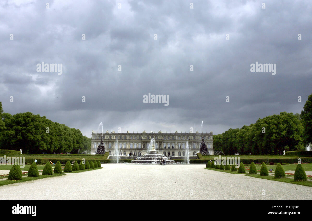 (dpa) - View on the castle Herrenchiemsee on the Herreninsel island at the Chiemsee lake, Germany, 9 June 2005. - Stock Image