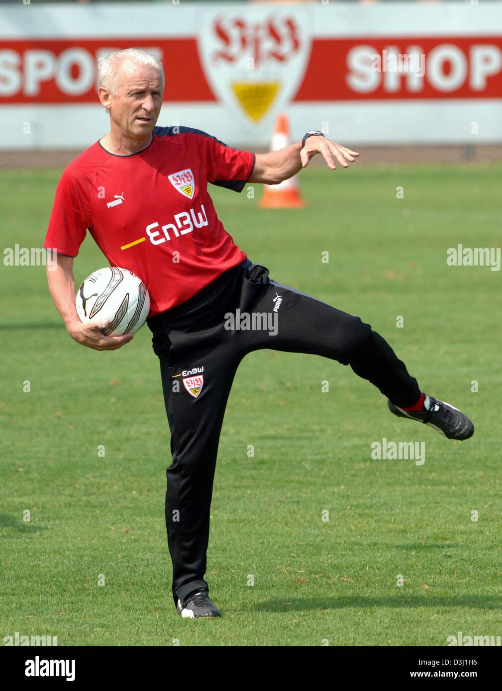 (dpa) - Head Coach of German Bundesliga club VfB Stuttgart Italian Giovanni Trapattoni stretches during his first - Stock Image
