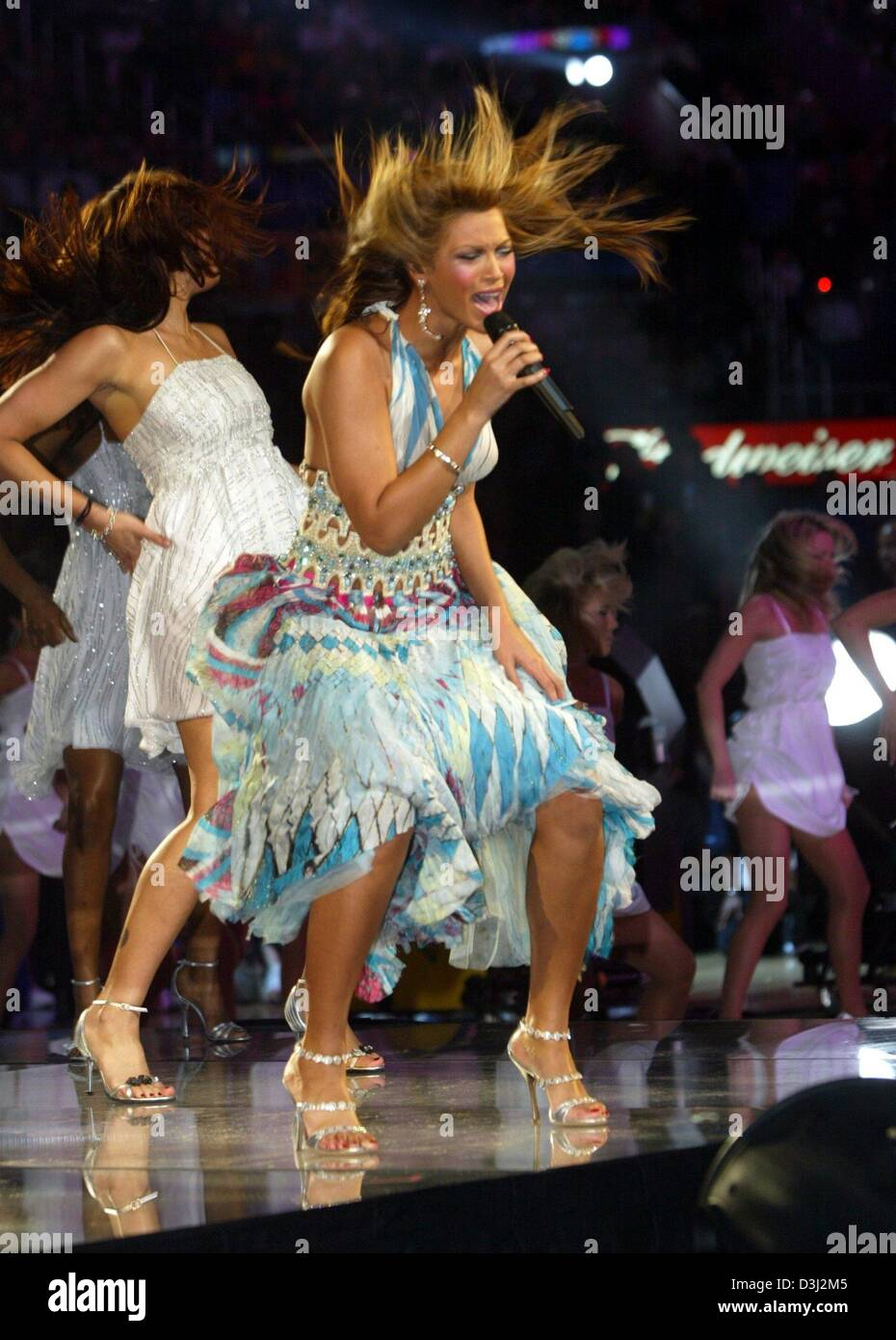 e63b79841773 (dpa) - US singer Beyonce Knowles performs during the half-time break of
