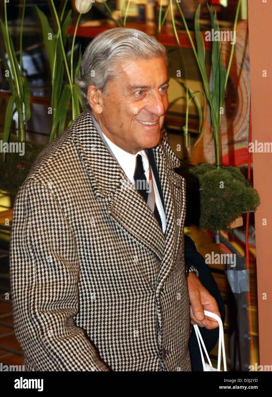 (dpa) - Italian fashion designer Nino Cerruti smiles on his arrival to the premiere of the film 'Somethings - Stock Image