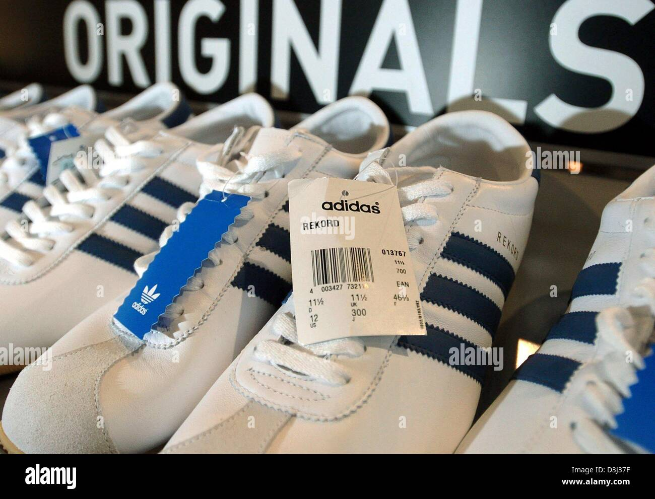 a dpaAdidas shelf the in sneakers at Originals stand EYWH9ID2