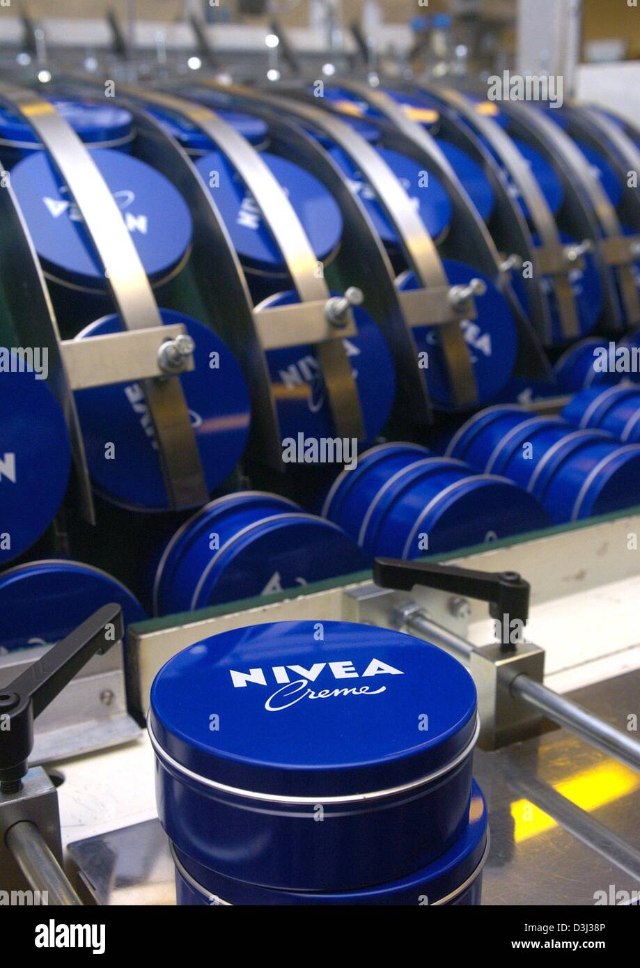 (dpa) - The production of Nivea body lotion at the production plant of the international consumer goods group Beiersdorf - Stock Image