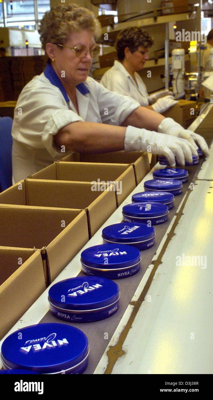 (dpa) - Two employees work on the production of Nivea body lotion at the production plant of the international consumer - Stock Image