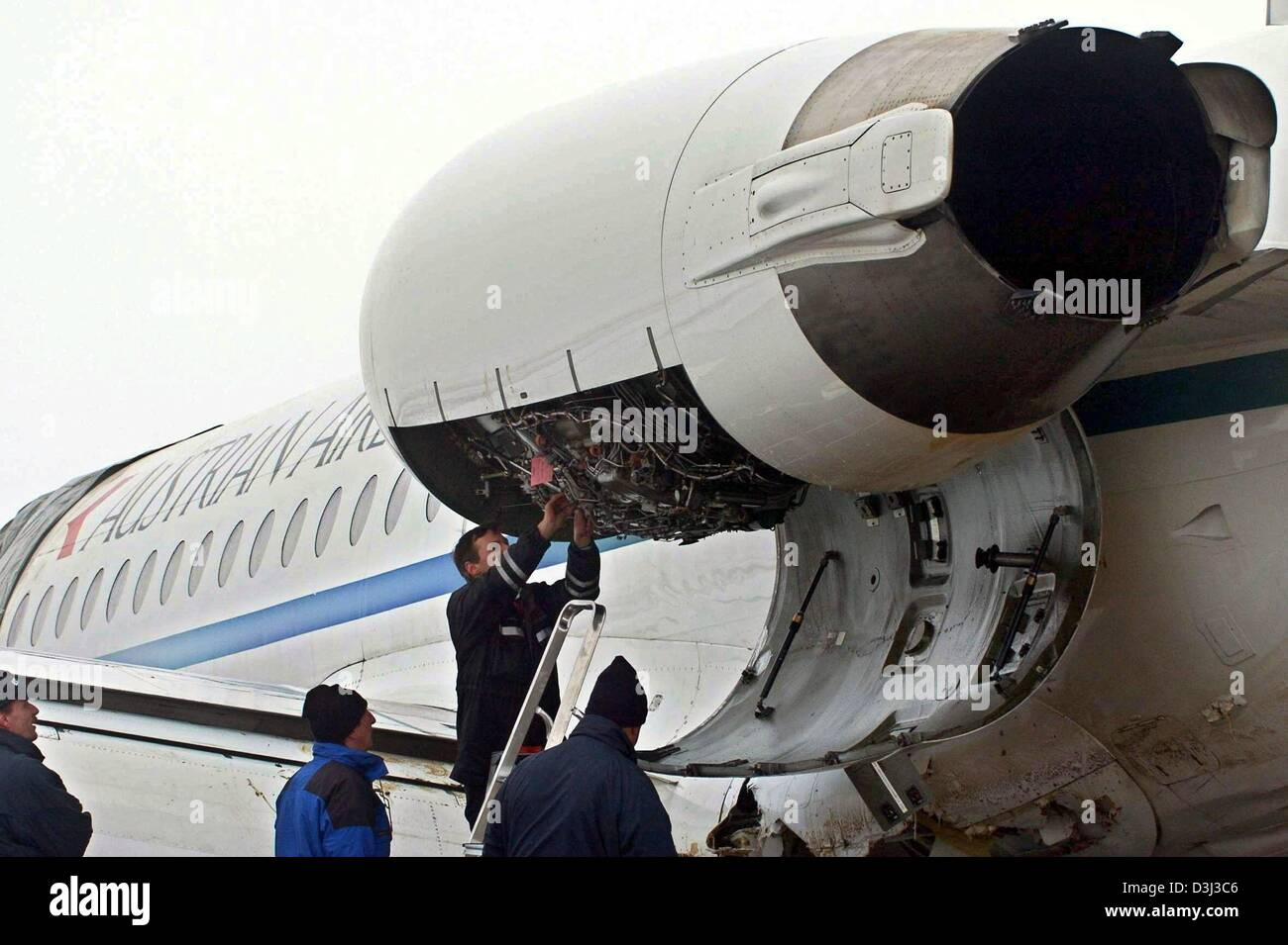 (dpa) - Specialists examine the left engine of the Austrian Airlines jet which made an emergency landing on 5 January - Stock Image