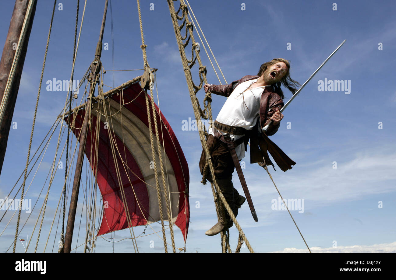 (dpa) - The actor Ken Duken poses with a sword as Klaus Stoertebeker in the rigging during the shooting in Nida, - Stock Image