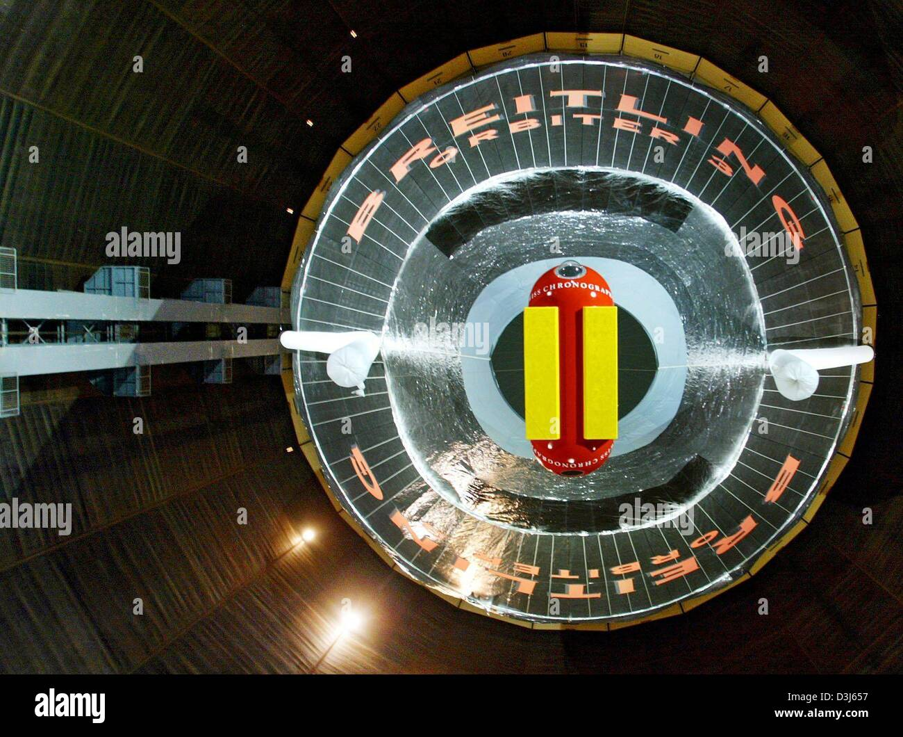 (dpa) - A worm's eye view of the 55 meter tall and 32 meter wide Breitling Orbiter 3 balloon, in which balloonists - Stock Image